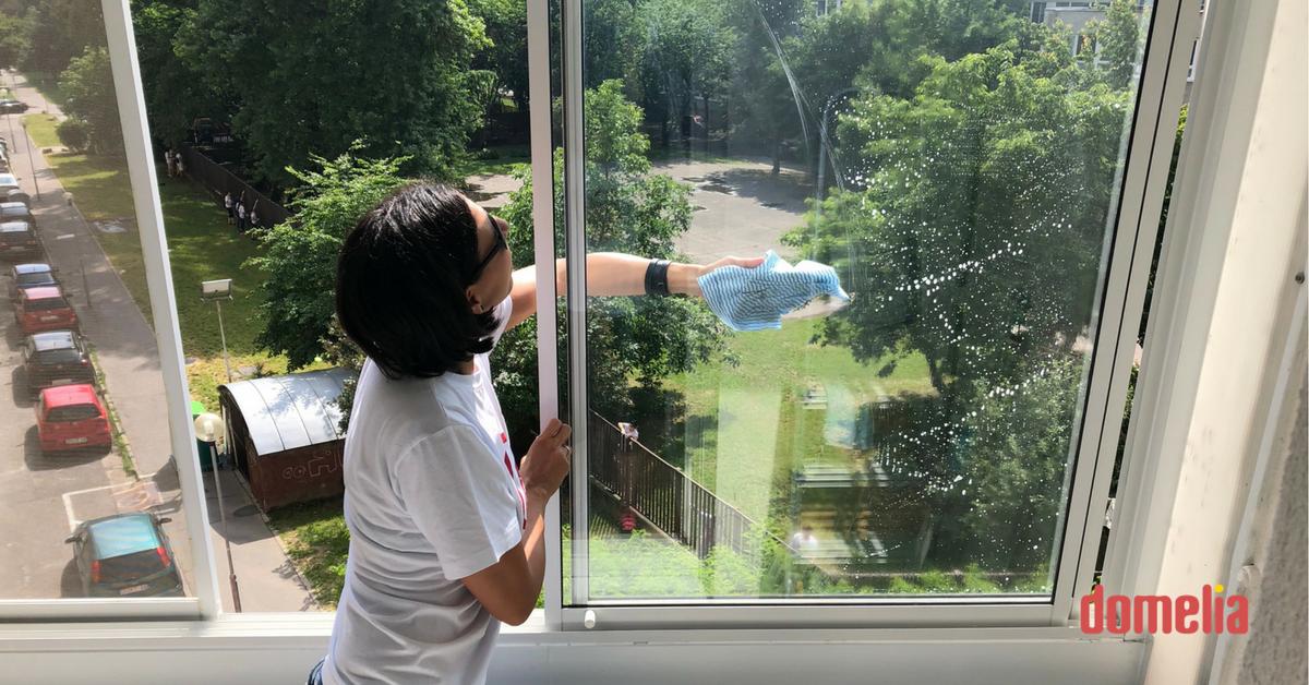 Domelia: Umývanie okien počas dobrovoľníckej akcie Naše Mesto