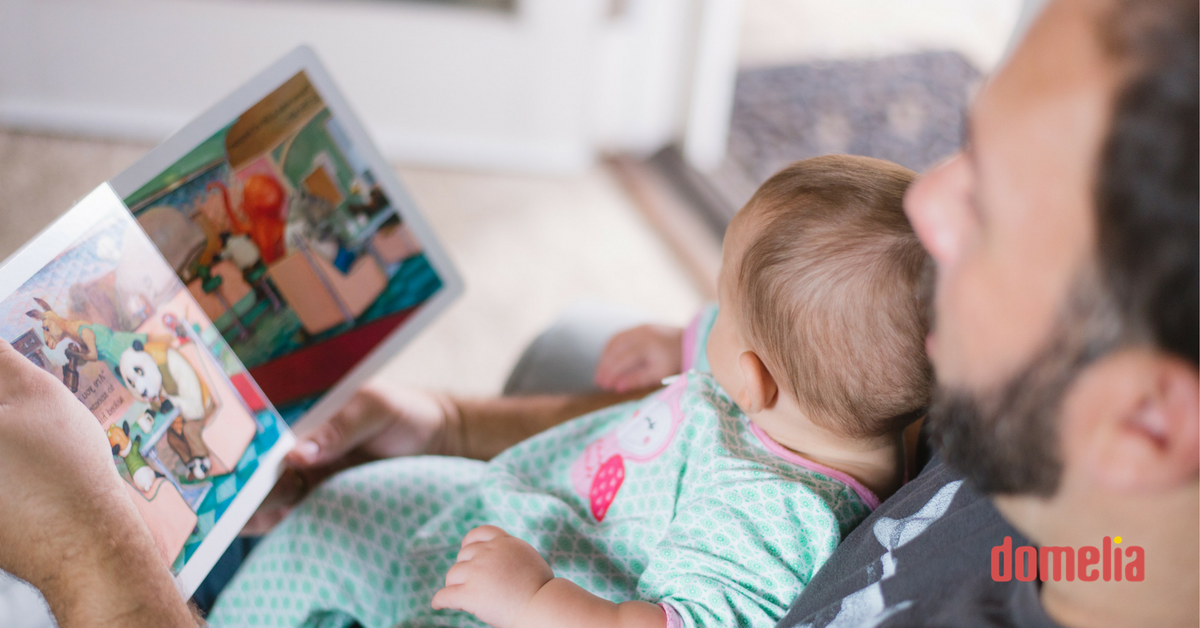 Domelia: Otec vo voľnom čase číta knihu dieťaťu